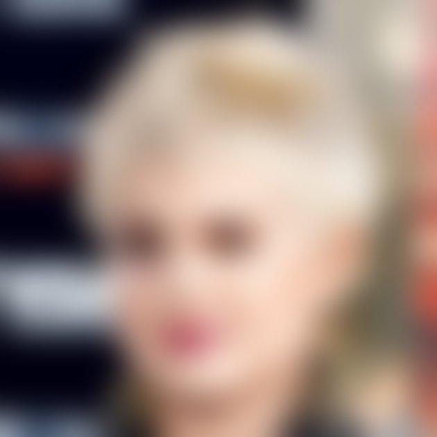 Kelly, ki so ji zaradi pretiranega barvanja izpadli lasje, po svetu hodi z belo-modro kratko pričesko, za katero pravi, da ji je všeč.
