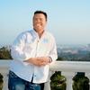 Marcus živi na vrhu Bel Aira, kjer ima pogled na Los Angeles.