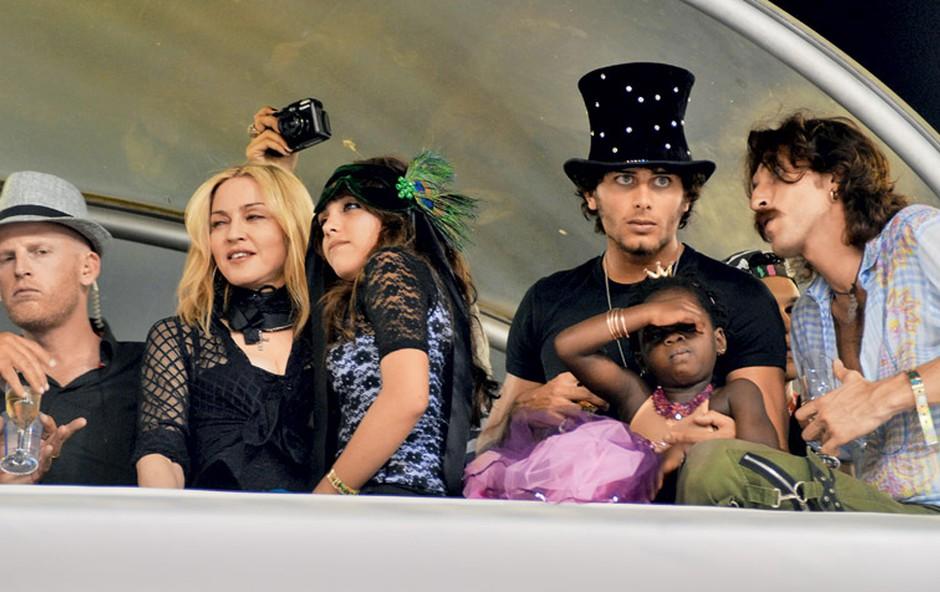 Na karnevalu je bilo več znanih zvezd, na primer Paris Hilton, Gerard Butler in drugi. (foto: Rex Features)