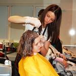 Barvanje mora biti temeljito in frizersko delo Barbara jemlje zelo resno. (foto: DonFelipe)