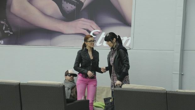 Med delovnimi sestanki se Sanja srečuje s številnimi ljudmi, tudi z znamenito modno mačko Ireno Lušičić. (foto: Story press)