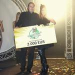 Direktor Konga Damjan Musič je Sari predal bon v vrednosti 2000 evrov, kar je bila glavna nagrada festivala. (foto: Grega Gulin)