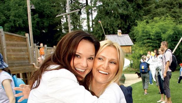 Alenka Gotar in Nuša Derenda sta se razveselili druga druge.  (foto: Grega Gulin)