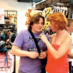 Voditeljica Manja Plešnar je zanimive nakupovalne navade 'izvlekla' tudi iz pevca Daniela Popovića.  (foto: M.V.)
