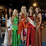Lepotice z vstopnico za polfinalno tekmovanje Miss Casino Bled za Miss Earth 2012 na odru. (foto: DonFelipe)