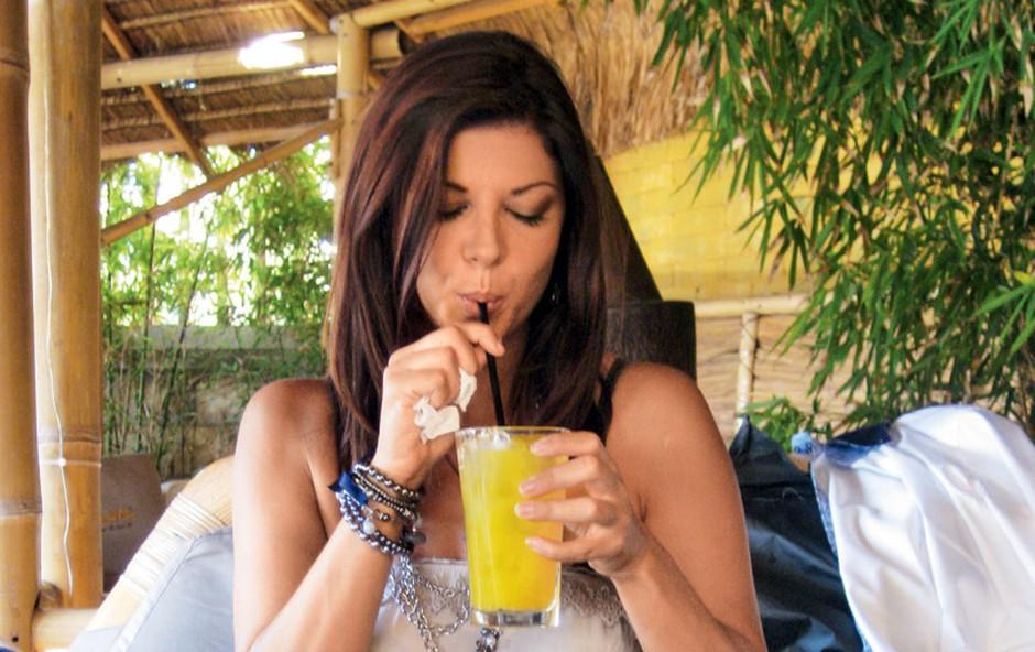 V Portorožu je bilo tisti dan še zelo vroče, zato si je Jasna zaželela hladne pijače. (foto: Story press)