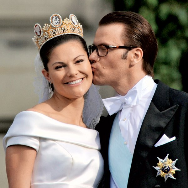 Zagotovo lahko zapišemo, da je zmagala ljubezen. Daniel ni modre krvi in sprva na dvoru nad njim niso bili navdušeni. Zdaj ga imajo radi, sploh odkar je par dobil potomko, princeso Estello.