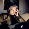Po koncertu, ko pride domov, se Jan zlekne pred svoj prenosnik. Zapriseženi uporabnik Appla tako odgovori na intervjuje, odpiše na sporočila, posluša glasbo in še kaj. Potem pa gre (mogoče) spat.