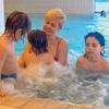 Ker je v zadnjem času veliko viroz zaradi muhastega vremena, se je Saša z otroki večinoma kopala v notranjem bazenu hotela.