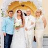 Matjaž Vlašič in njegova žena Urša sta veselo nazdravljala z ženinom in nevesto.