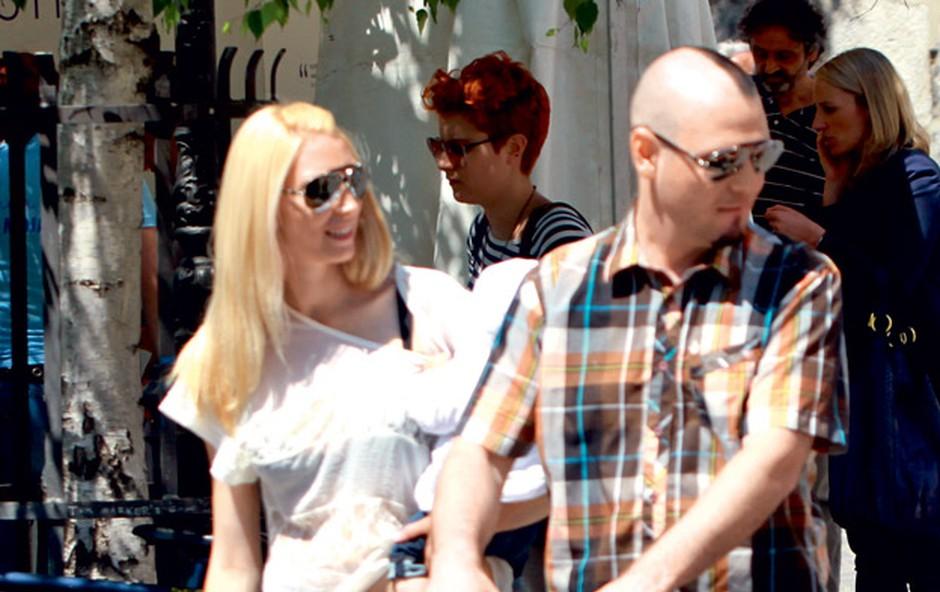 Tomi Meglič na sprehodu s partnerico Manco in otrokom (foto: Story press)