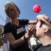 Lepotičenje z ličili Kabuki izpod rok profesionalcev ličenja Make up artists.