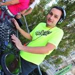Odlični DJ Maj je dvigoval razpoloženje na štartu. (foto: Peter Klinc)