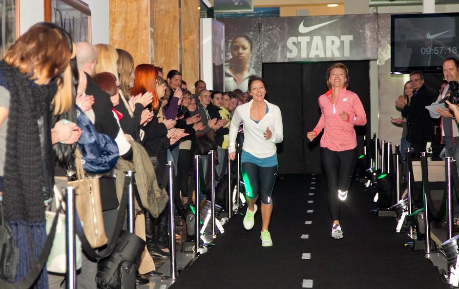 Atletska steza je lahko tudi izvirna modna pista. In estradniki so lahko manekeni. (foto: Marko vavpotič)