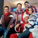 Čeprav sta dekleti na snemanju igrali simpatiji glavnih pevcev, pa je na svoj račun prišel tudi Vinko, ki se je prelevil v vlogo Božička. (foto: Osebni arhiv)