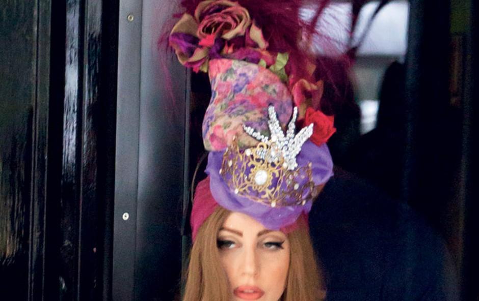 Lady Gaga v zadnjem času menda zelo malo je, zato pa pije veliko vodke, ki je zelo  redilna. (foto: Shutterstock)