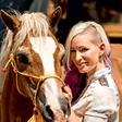 Alya na obisku med rešenimi konji