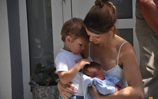 Janša na Facebooku objavil fotke svoje družine