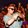 Justin Bieber striptizeto zgrabil za rit