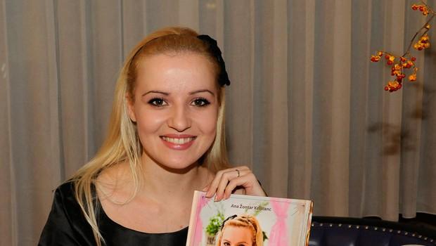 Ana je ponosno predstavila svojo prvo kuharsko knjigo (foto: Luna TBWA)