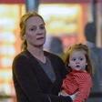 Igralka Uma Thurman s hčerko ujeta na letališču