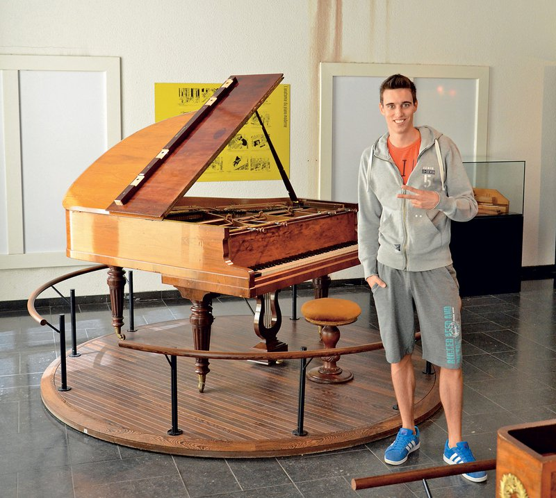 V glasbenem muzeju v Bruslju so ga prsti močno zasrbeli.