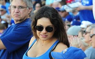 Mila Kunis in Ashton Kutcher na bejzbol tekmi