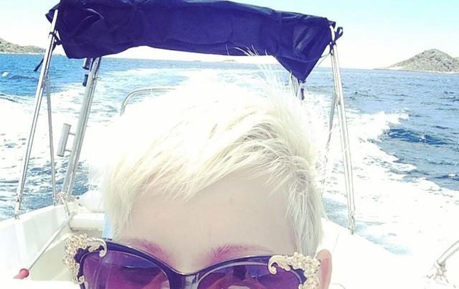 Uživala je na čolnu. (foto: facebook.com/AlyaMusic)