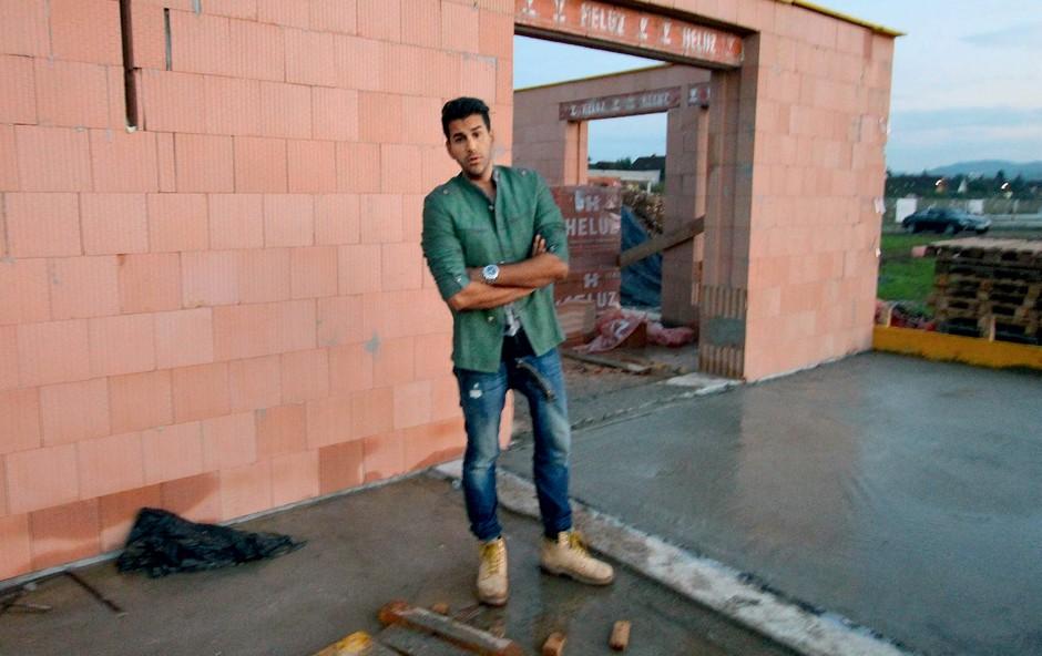 Domen gradi  s svojimi rokami.  (foto: revija Story)