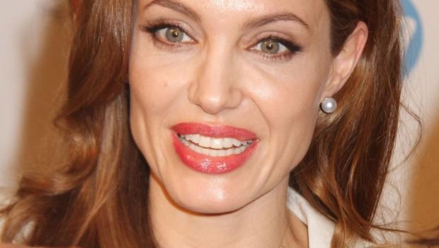 Rdeča vrvica na zapestju Madonne in kačica na prstu Angeline Jolie (foto: profimedia)