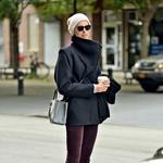Karlie Kloss v skinny hlačah in toplem trenčku (foto: profimedia)