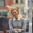 Karlie Kloss v skinny hlačah in toplem trenčku