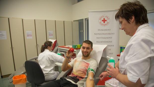 Alen daruje kri (foto: Primož Korošec)