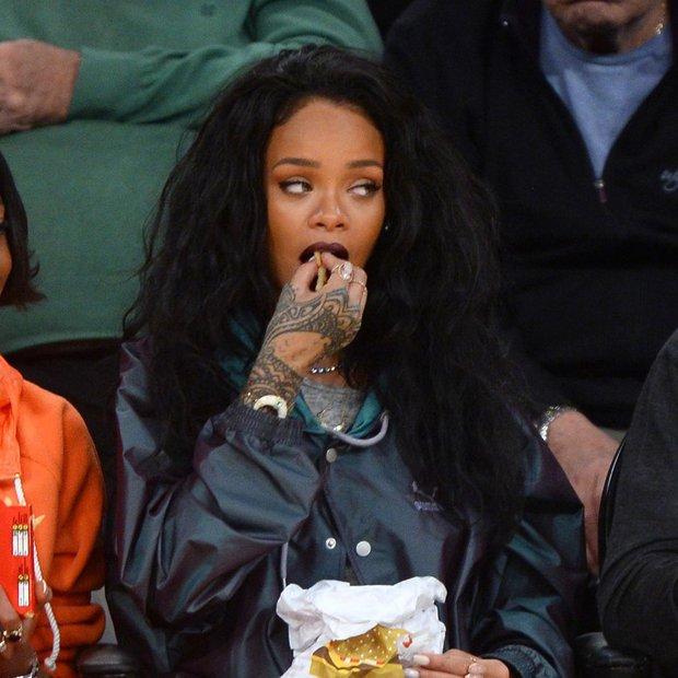Simpatične grimase Rihanne na tekmi Lakersov!