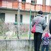 Pred Valerievo hišo  se še vedno  ustavljajo tudi  njegovi oboževalci  in čakajo, ali se bo  morda prikazal.