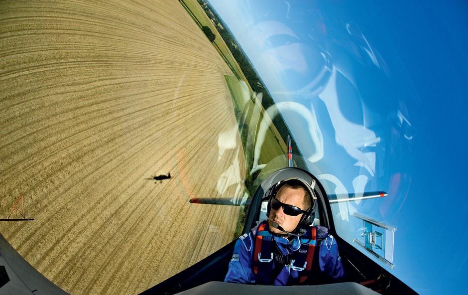 """Slovenski Red Bullov pilot Peter Podlunšek: """"Ženske letenje dojemajo zelo čustveno"""" (foto: red bull content, osebni arhiv P.P.)"""
