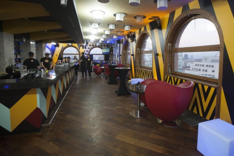 V resničnostni šov Bar se je vselilo 12 barovk in barovcev (foto: PlanetTV)