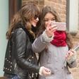 Dakota Johnson se z oboževalkami slika v selfie