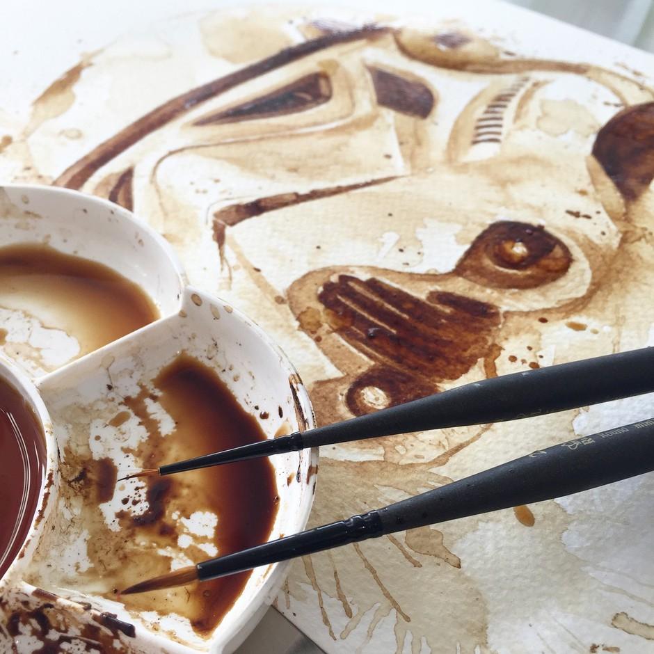 Izjemna slikarka namesto z barvo slika s kavo! (foto: profimedia)