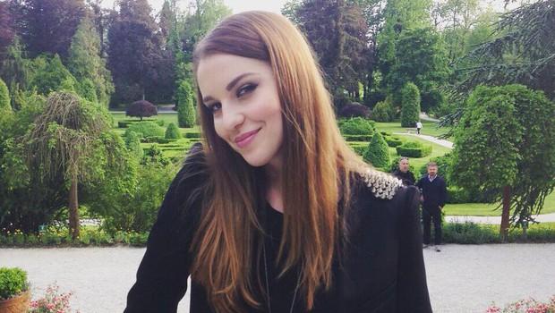 Precejšnja sprememba - pevka Maja Keuc presenetila z novo barvo las! (foto: Facebook)