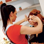 Delala je s profesionalno ekipo, še posebno  pa se zahvaljuje Poloni Cverle Dobrnjac  (Salon Studio Top), Xtreme Lashes Beauty  Center, in dr. Onišaku iz Estetike Nobilis. (foto: Gojko Zrimšek)