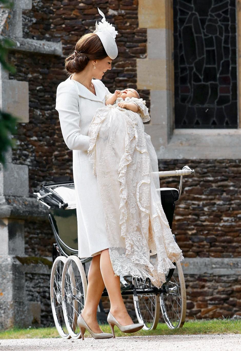 Princeso Charlotte je morala mamica pred vstopom v  cerkev potolažiti. (foto: profimedia)