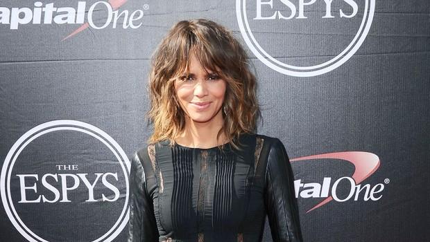 Halle Berry navdušuje z modno izbro in s svojo čudovito postavo (foto: Profimedia)