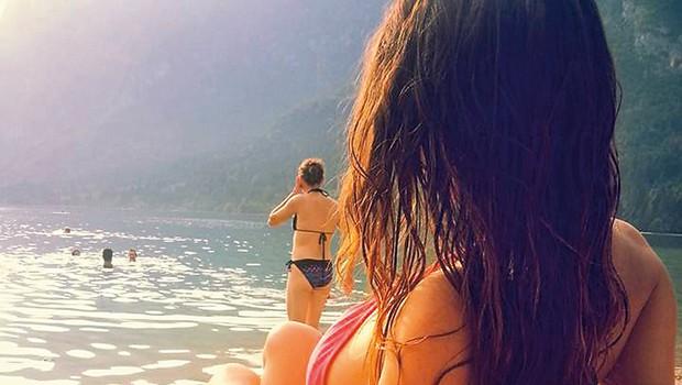 Jasna je s svojim izbrancem Sašo Lalovićem in hčerkico junija že uživala v sproščenem oddihu v toplicah, tokrat pa si je privoščila ohladitev v Bohinjskem jezeru.  (foto: osebni arhiv)