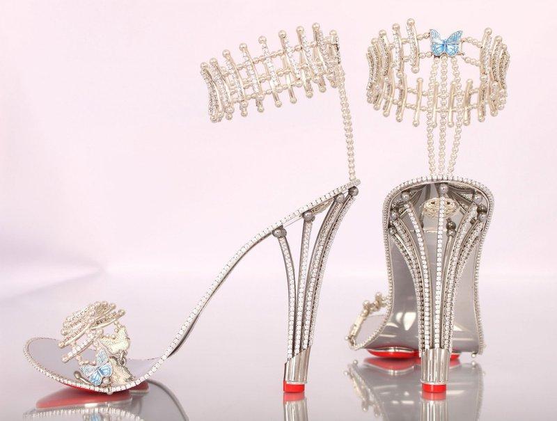 Na čevljih je kar 1290 kosov dragih kamnov