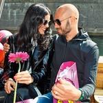 Dejan je na idilični vožnji po Ljubljanici svoji izbranki poklonil tudi rožico.  (foto: Z.K.)