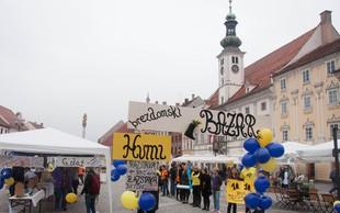 Na svetovni dan brezdomcev so v Mariboru sklenili živo verigo in pripravili Brezdomski bazar z uličnim dogajanjem