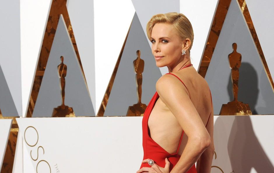 Charlize Theron presenetila na oskarjih: Poslovila se je od svetlih las! (foto: Profimedia)