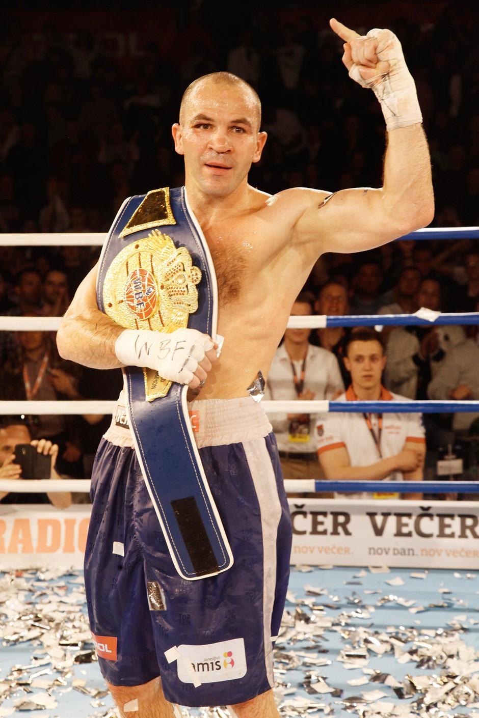 Najboljši slovenski boksar se lahko pohvali s tremi dvoboji v ZDA, v 40 dvobojih pa je zabeležil 35 zmag. (foto: Lea Press)