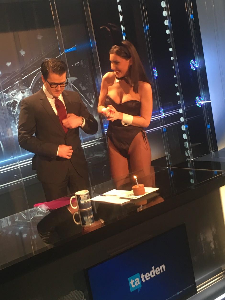 Juretu Godlerju čestitala Playboyeva zajčica Anja Jenko (foto: Planet TV)